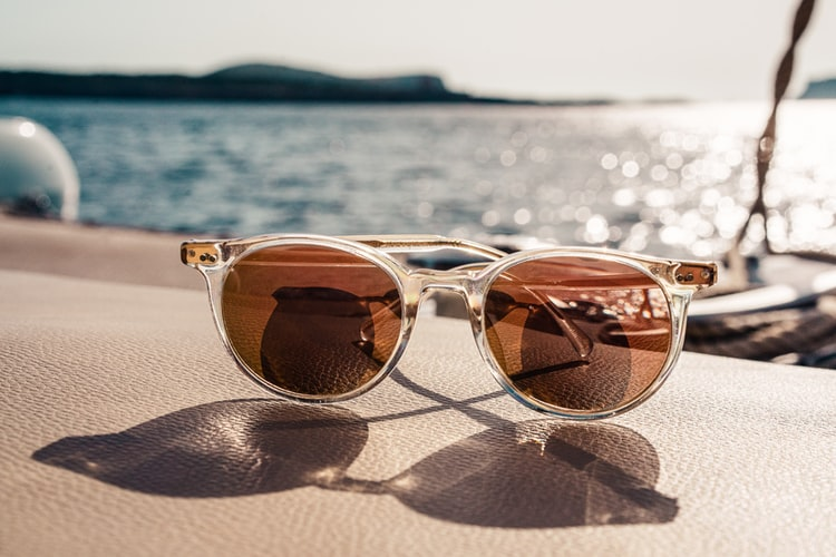Przegląd modnych wiosną i latem 2021 okularów przeciwsłonecznych